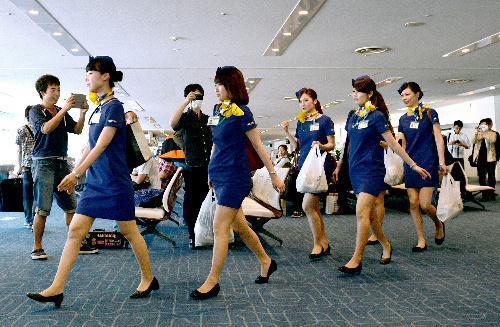 新制服姿で初就航のエアバスA330―300型機に乗り込むスカイマークの客室乗務員(CA)=2014年6月14日、羽田空港、福留庸友撮影