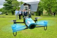 農場で試験飛行するドローン=北海道旭川市、2015年6月5日