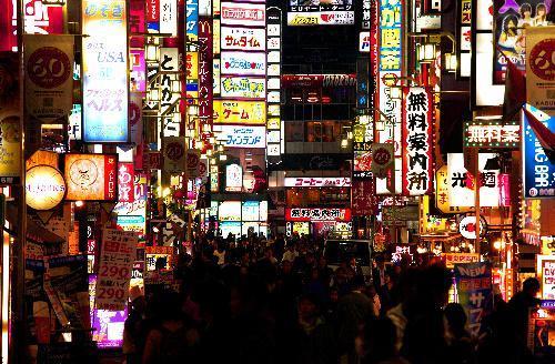 【2009年4月】椎名林檎さんの「歌舞伎町の女王」の舞台、街の玄関口ともいえる「歌舞伎町一番街」。店の盛衰はめまぐるしい=新宿区歌舞伎町1丁目