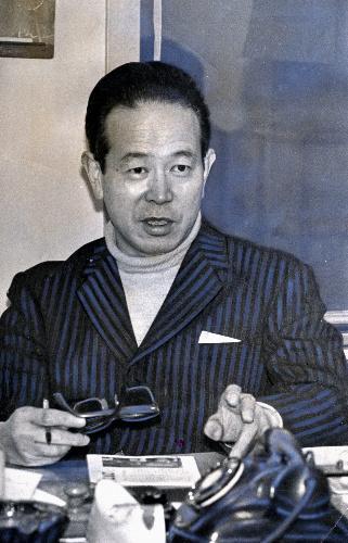 【1970年】50歳のころの阿川弘之氏=東京都千代田区有楽町の日本ペン・クラブ事務局で