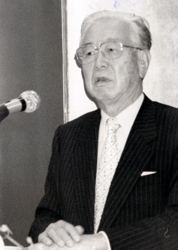 【1994年】野間文学賞受賞決定の会見の阿川弘之氏=東京・銀座