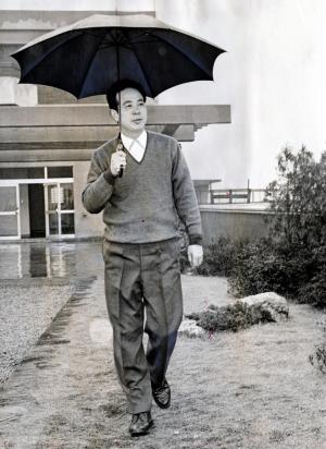 阿川弘之さん=1965年2月、新宿で