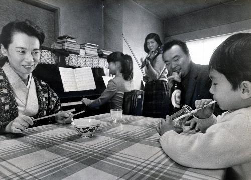 【1967年12月】阿川弘之氏宅のコンサート。阿川夫人、作曲家の服部公一さんも交えて