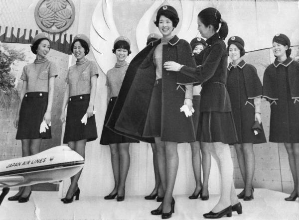 日航のグランドホステスの制服は、膝上5センチのミニスカート=1969年5月20日