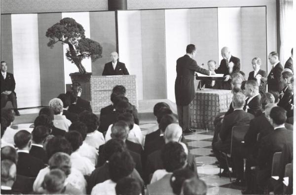 【1979年6月】日本芸術院賞授賞式で、恩賜賞を受ける作家の阿川弘之氏