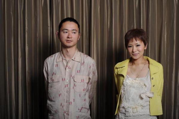 【2010年2月17日】椎名林檎さん(右)とギタリストの浮雲さん