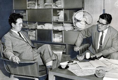 【1962年9月】太田和男・東京都副知事(右)に都電撤去問題ついてたずねる作家の阿川弘之氏=都庁副知事室で