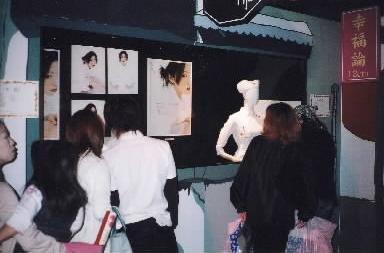 【2003年5月26日】椎名林檎博覧会の様子。話題をさらった白衣の衣装も、東京都渋谷区のラフォーレミュージアム原宿で