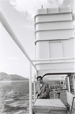 【1967年3月】伊勢湾をフェリー船でゆく作家の阿川弘之氏