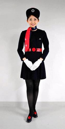日本航空が1970年代に採用していたミニスカートの制服=1977年、日航提供