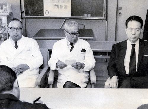 【1971年10月】志賀直哉氏が死去し、記者会見する関東中央病院の医師。右は阿川弘之氏