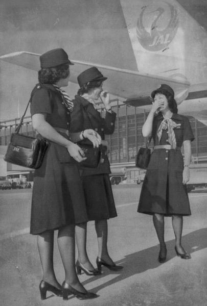 日本航空のスチュワーデスの制服は1977年10月、ヒザ上5センチのミニからヒザ下3センチのミディに変わった。ミニスカートの再来がいわれ、ニューミニの登場もうわさになっていたが、幻となった。デザイナーは森英恵さん
