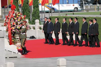 中国の抗日戦争勝利60周年記念大会。北京の天安門広場で、人民英雄記念碑に献花する胡錦涛国家主席(右から5人目)ら中国政府の指導者たち=2005年9月3日