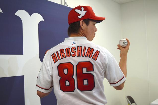 背番号「86」のユニホームを着た広島の前田投手