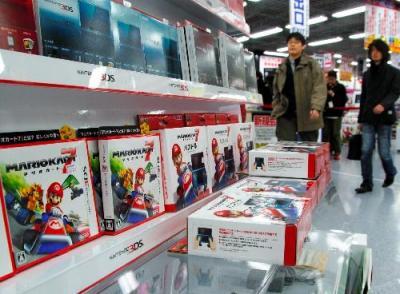 ニンテンドー3DS本体と一緒に店頭に並べられた「マリオカート7」=2011年12月1日