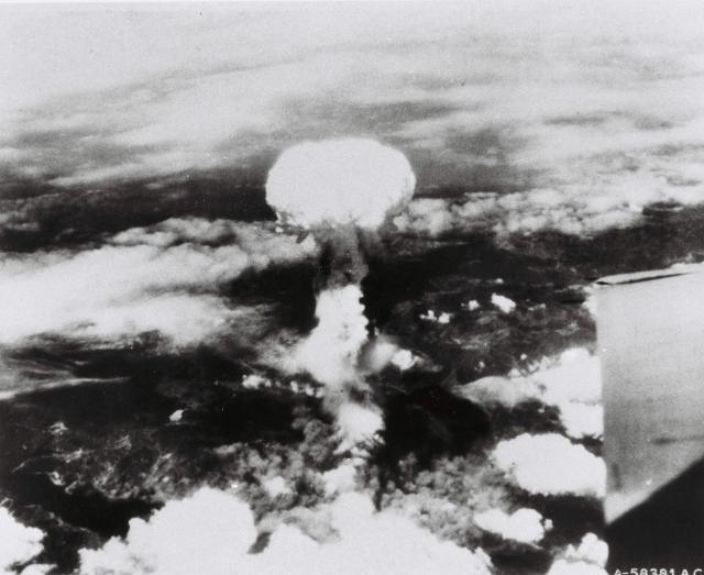1945年8月9日、長崎に原爆が投下された=米軍提供