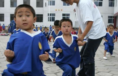 気合を入れて少林寺の基本動作を覚える4、5歳の子どもたちも、=2005年9月、中国・河南省登封市で、佐藤慈子撮影