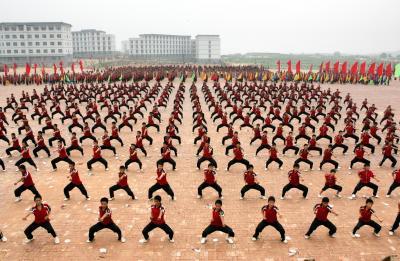 少林功夫を練習する子供たち。やぐらの上から教師がマイクで号令をかける=2005年9月13日、中国・河南省登封市で