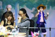 「ONE PIECE(ワンピース)」のイベントで展示されたフィギュアを楽しむ韓国人ファン=2015年6月17日、ソウル