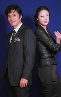 【2004年10月29日】イ・ビョンホンさん(左)と一緒に=東京・渋谷で