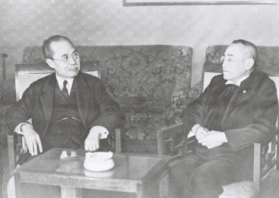 幣原喜重郎首相と会談する吉田茂外相=1945年10月1日