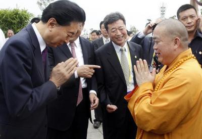 鳩山由紀夫元首相と対面する釈永信氏=2014年8月23日、ロイター