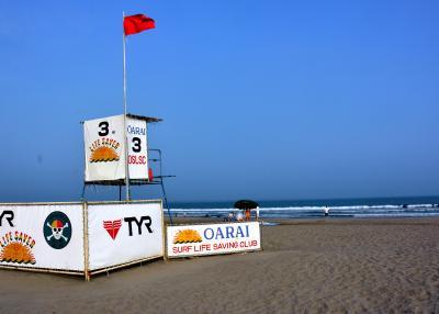 閑散とした海水浴場。監視所には遊泳禁止を示す赤い旗が掲げられていた=2015年8月7日、茨城県大洗町