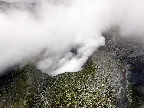 ドローンで撮影した箱根山の大涌谷の火口=2015年7月29日、神奈川嫌箱根町、県提供