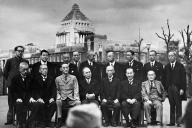 後に戦争調査会をつくった幣原喜重郎(前列中央)内閣の初顔合わせ。後列右から3番目が芦田均厚相、前列右端が吉田茂外相=1945年10月9日、国会議事堂前