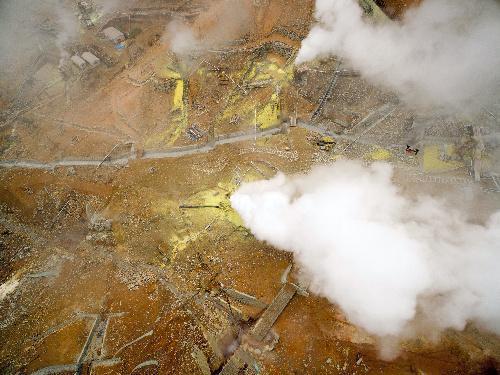 ドローンから撮影した箱根・大涌谷の温泉施設周辺=2015年6月20日、神奈川県提供