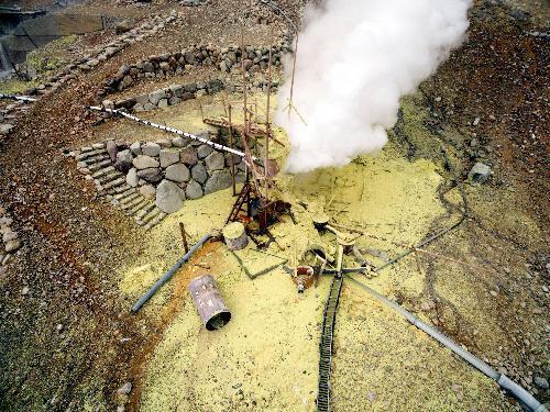 火山活動で壊れた温泉供給施設と周囲に噴き出した硫黄。神奈川県がドローンを使って撮影した=2015年6月20日、神奈川県箱根町の大涌谷、県提供