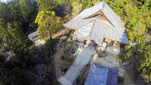 ドローンで上空から撮影した書写山円教寺=2014年5月8日、姫路市書写、橋本商会提供
