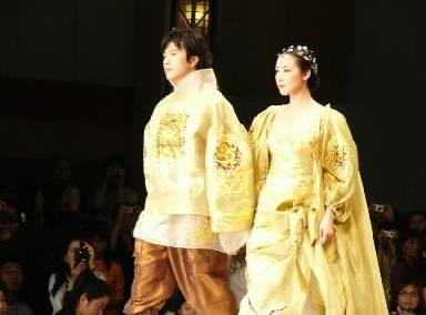 【2004年4月22日】韓国繊維業界のファッションショーで俳優クォン・サンウさんと共演=海市・世貿商城内の特設会場