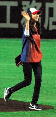【2010年2月28日】ヤフードームでの始球式に登場