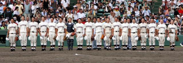 夏の甲子園で優勝し、校歌を歌う早稲田実業の選手たち=2006年8月21日、阪神甲子園球場