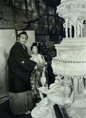 披露宴でケーキにナイフを入れる新郎・若嶋津と新婦で元歌手の高田みづえさん=1985年9月27日、東京・紀尾井町のホテルニューオータニ