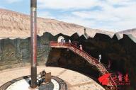 火焔山にある金の延べ棒を模した巨大な温度計。ギネス世界記録に登録されている