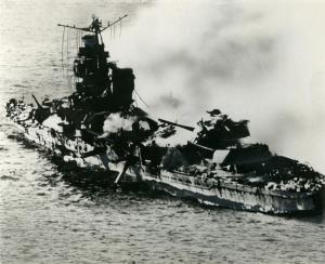 炎上する重巡洋艦三隈(みくま)。ミッドウエー海戦米軍機の攻撃を受けて炎上、1942年6月7日沈没した