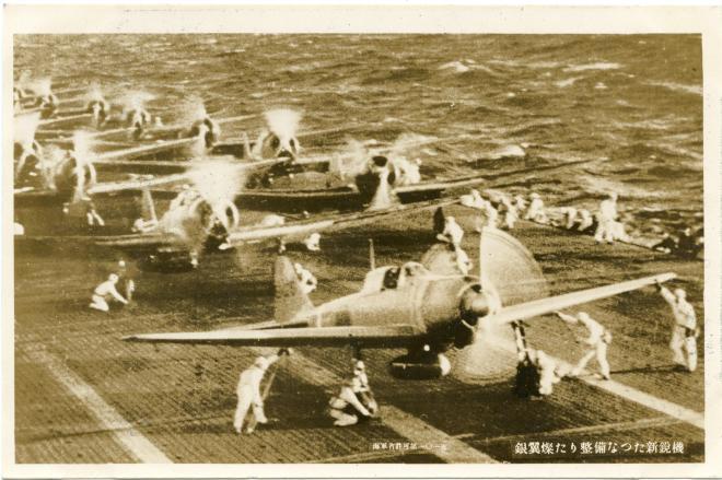 絵はがきとしても印刷された、真珠湾攻撃のため航空母艦の飛行甲板上で整備を受ける零戦(ゼロ戦・零式艦上戦闘機)の写真