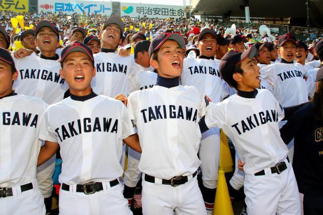 サヨナラ勝ちを決め、肩を組みながら校歌を歌う滝川二の応援スタンド=2015年8月9日、西宮市の阪神甲子園球場