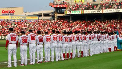 背番号「86」のユニホームを着て、試合前に黙禱(もく・とう)する広島の選手たち=2015年8月6日