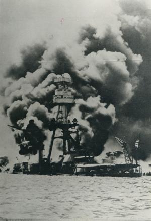 攻撃を受け炎上する米海軍主力艦=1941年12月8日