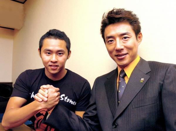 がっちり手を握る松岡修造さん(右)と北島康介選手=2006年12月10日