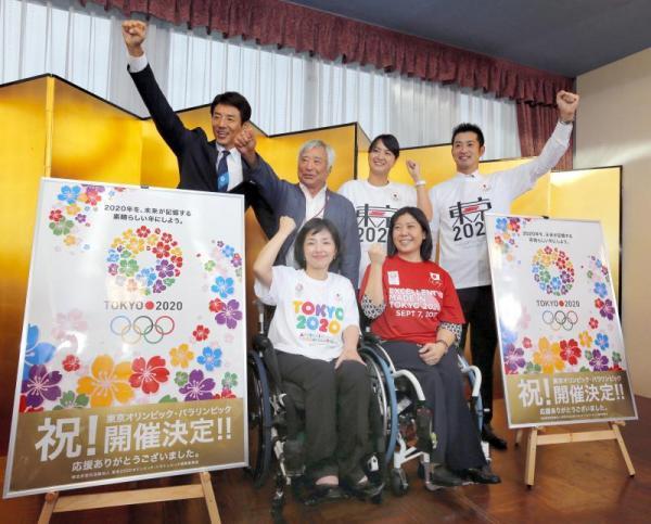 2020年五輪の開催都市が東京に決まり、決定の会でポーズをとる(前列左から)田口亜希さん、大日向邦子さん、(後列左から)松岡修造さん、三浦雄一郎さん、柴田亜衣さん、宮下純一さん=2013年9月8日