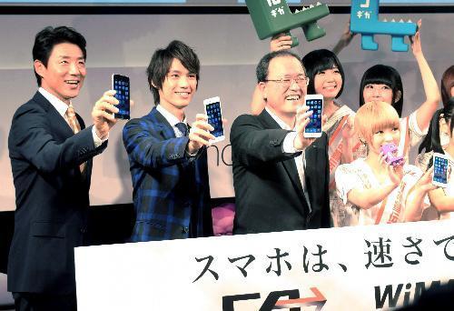 KDDI(au)の新型iPhoneをアピールする(左から)松岡修造さん、福士蒼汰さん、田中孝司社長らが=2014年9月19日