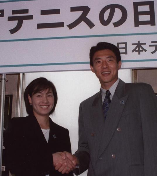 毎年9月23日を「テニスの日」に制定する発表会に出席した、松岡修造さん(右)と伊達公子さん=1998年7月17日