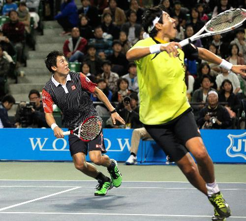 ボールを追う松岡修造さん(右)と錦織圭選手=2014年11月22日