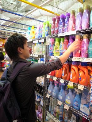 熱心に柔軟剤を選ぶ大学生。「友達に『いいにおいだね』と言われるんです」=2013年4月25日、東京都渋谷区のアウトレット代官山店