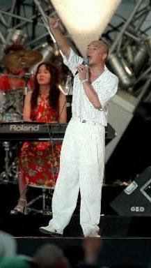 【1977年~】「長い夜」を歌う松山千春さん=1999年8月撮影