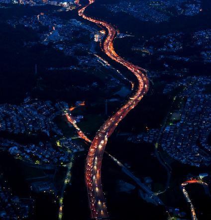 昨年のUターンラッシュ。大阪方面(奥)に向かう車で渋滞する中国自動車道上り線=2014年8月17日、兵庫県